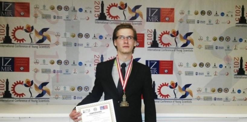 """Liceanul ce a studiat """"microbii energetici"""", medaliat cu aur la concursul ICYS din Turcia"""