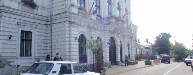 """Un turdean a protestat în fustă mini în fața Primăriei Turda: """"România e o curvă"""""""