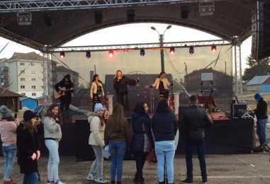 Ellie White s-a distrat la Câmpia Turzii cu 20 de tineri îndrăgostiți