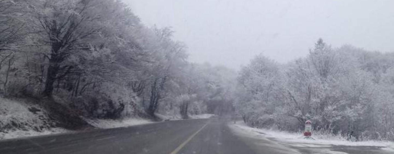 Primele intervenţii pe drumurile judeţene la debutul sezonului rece