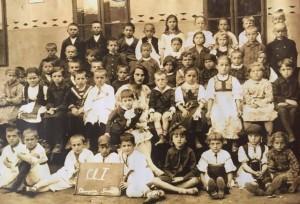 PSD a decis ca noul calendar al anului 2016 să includă imagini din istoria Câmpiei Turzii. Foto: cls I , 1920, Școala Română.