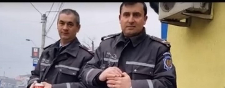Polițiști locali care se iau la harță cu un tânăr. În final l-au amendat după ce acesta s-a oferit să-i înjure