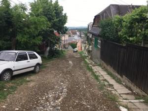 Până la asfalt, ocuitorii de pe străzile Enescu și Dima vor rigole pentru scurgerea apei de ploaie
