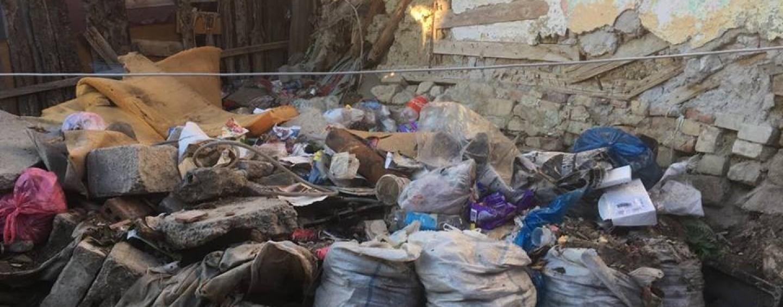 """""""Mincinoșii de la Primărie"""". Din 2016, romii de pe Barbu Lăutaru  au rămas printre gunoaie"""