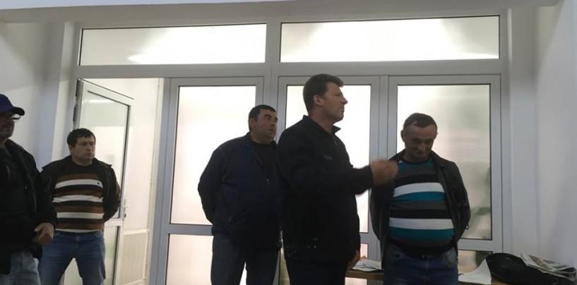 """""""Praf ați făcut comuna"""". Locuitorii din Mihai Viteazu supărați că nu au teren de pășunat"""