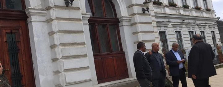 Liderii romilor convocați la Primărie. Acuzații că se fac presiuni pentru a vota cu PSD