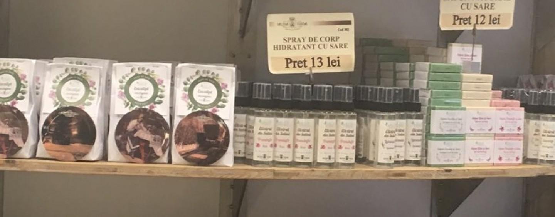 """Dezvăluiri despre cosmeticele de la Salină : """"Le țineau printre țevile de apă"""". DSP a dispus scoaterea de la vânzare"""