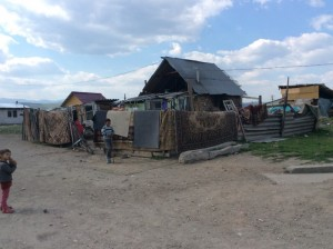 Aruncați pe malul Mureșului, romii din Aiud au fost condamnați la o viață în sărăcie