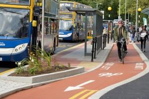 """În Manchester, orașul pe care Turda """"l-a bătut"""" la mobilitate urbană, pistele de biciclete sunt fără stâlpișori"""