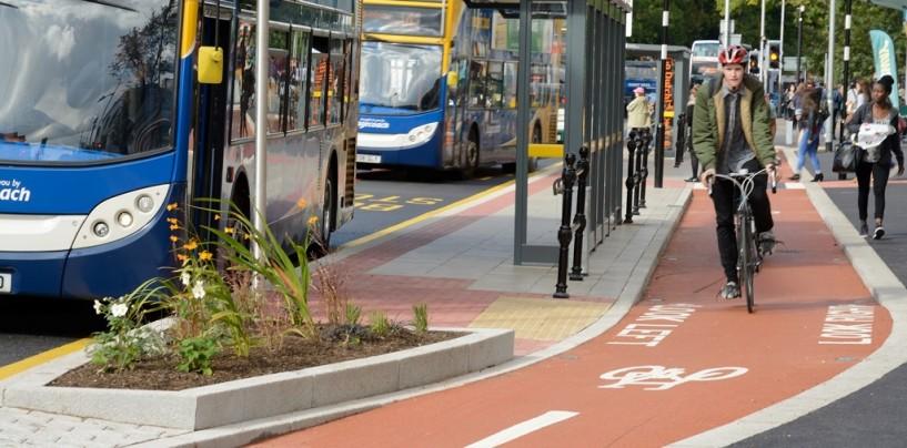 Semnalizarea pistei de biciclete de pe Constructorilor, o prostie. În trafic intens, ambulanța nu poate trece