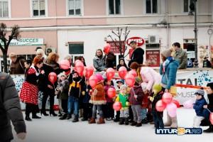 Camelia Mic (în planul îndepărtat) și echipa ei au inventat Carnavalul de la inchiderea patinoarului