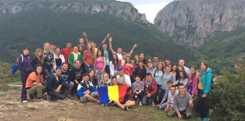"""Tinerii de la Chișinău au vizitat Cheile Turzii. """"Avem un ideal ce nu lasă loc de jumătăți de măsură"""""""