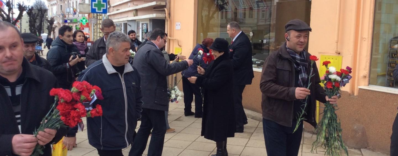 Liderii politici au împărțit mesaje și flori de 8 martie