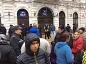 Altercații în fața Primăriei Turda. Protestatarii, locatari ai modulelor sociale de pe N. Teclu