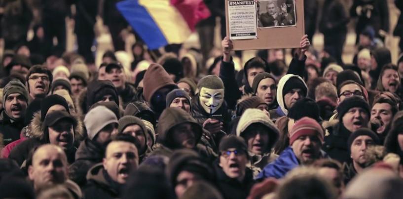 Zi de doliu pentru democrație: Guvernul a adoptat seara și a publicat noaptea Legea grațierii. Clujenii au ieșit din nou în stradă
