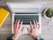 Artist vocal sau blogger, meseriile care aduc bani din fața calculatorului