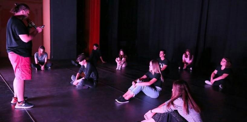 Adolescenți pe scenă. Actorii teatrului turdean au reușit să scoată la iveală talentul liceenilor
