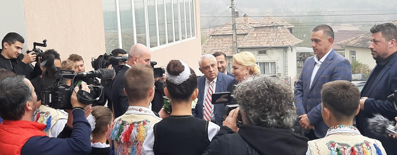 Premierul demis în vizită la Săndulești. Viorica Dăncilă a fost însoțită de Daea și Fifor
