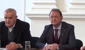Sorin Săveanu (stânga) critică calitatea lucrărilor publice făcute sub administrația primarului Cristian Matei (dreapta)