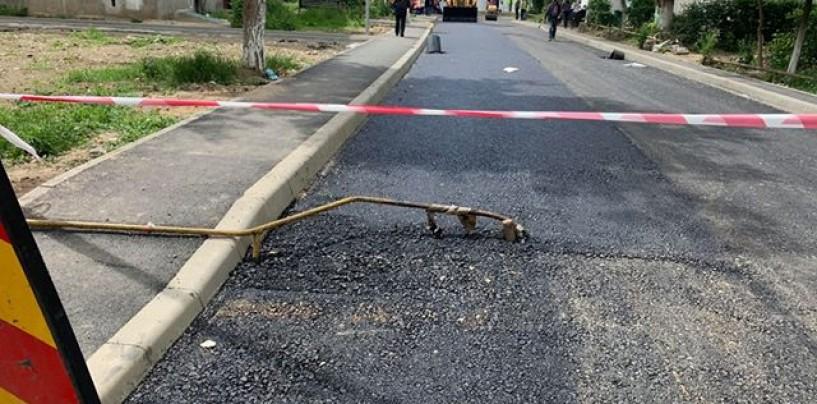 Copiii fac mișto de asfaltarea lui Matei. Au pus asfalt dar au lăsat țevile deasupra