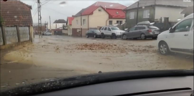 Strada Barițiu înecată de ape și pietriș. Lucrările de mântuială ale administrației locale