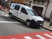 """Mașină a Domeniului Public, blochează vizibilitatea la trecerea de pietoni. """"Las că se rezolvă"""", reacția Poliției Locale"""