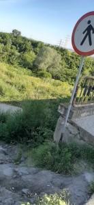 """Au plantat un idicator cu """"interzis pietonilor"""" dar nu au blocat accesul spre o zonă accidentată"""