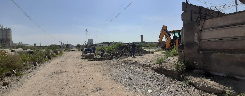 Derută în Zona Industrială. Compania de Apă nu găsește un cămin îngropat sub pământ