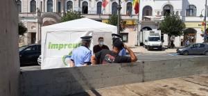Un activist al Mișcării Populare s-a refugiat în cort pentru a fi sigur că Poliția Locală nu dărâmă cortul de campanie al partidului
